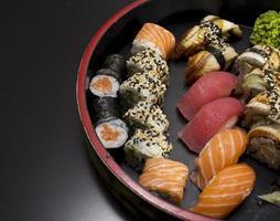 rotolo di sushi su uno sfondo nero foto