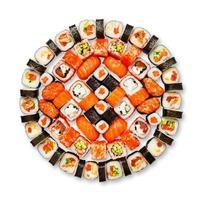 set di sushi, maki, gunkan e involtini isolati a bianco foto