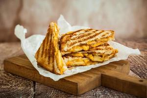 panino con formaggio grigliato foto