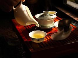 versando il tè cinese foto