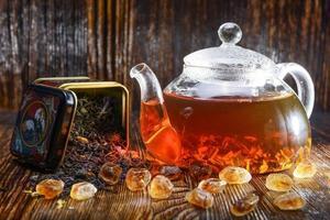 composizione di tè su uno sfondo di legno