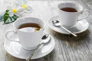 tazza di tè sul tavolo di legno foto