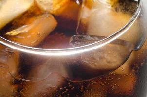 ghiaccio nel bicchiere di coca cola