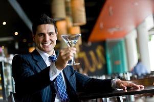 uomo d'affari con drink foto