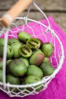 Merce nel carrello delle bacche di kiwi su legno foto
