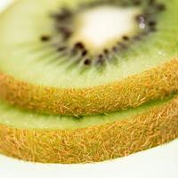kiwi affettato isolato foto