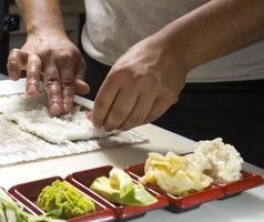 fare il rotolo di sushi foto