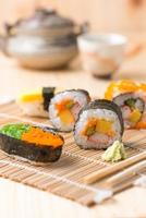 Sushi su fondo in legno
