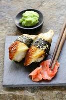 porzione di sushi con anguilla affumicata