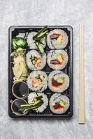 menu sushi in trasporto nero o bento box sfondo grigio, foto