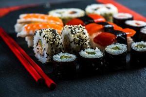 selezione di sushi con le bacchette dall'alto foto