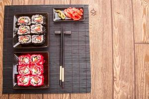 sushi giapponese con caviale rosso