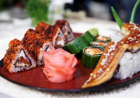 maki sushi sul piatto foto