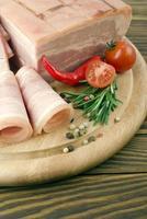 fette di prosciutto fresco con lattuce e pomodorini foto