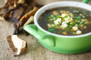 zuppa di acetosa con funghi secchi foto