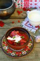 il borsch ucraino con panna acida. zuppa di barbabietole tradizionale. foto