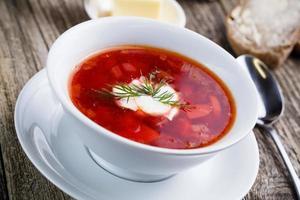 gustosa zuppa con pane su uno sfondo di legno. foto