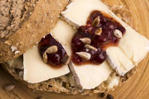 pane servito con camembert e mirtillo rosso foto