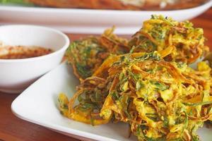 verdure della tempura sul piatto bianco foto