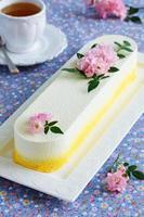 elegante torta soufflé al cioccolato ricoperta di velluto al cioccolato, foto