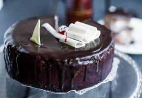 sezione di torta al cioccolato con panna sul cavalletto foto