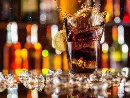 bicchiere di cola sul bancone del bar foto