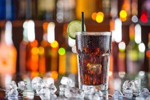 bicchiere di cola sulla scrivania del bar foto