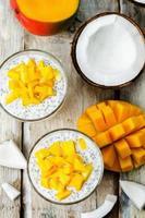 budino di semi di chia di mango di cocco foto