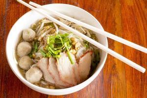 piccola ciotola di deliziosi noodles foto