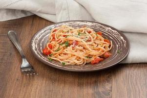 piatto di spaghetti e salsa di pomodoro foto