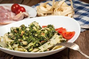 spaghetti con spinaci e pancetta. foto