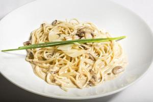 spaghetti in salsa di funghi bianchi