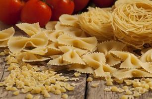 varietà di pasta su un tavolo di legno, messa a fuoco selettiva foto