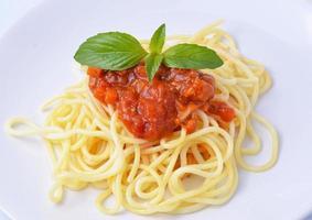 spaghetti alla bolognese con formaggio e basilico foto