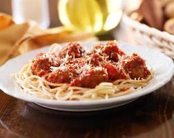 spaghetti italiani e polpette in salsa di pomodoro. foto
