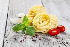 nido di fettuccine di pasta italiana foto