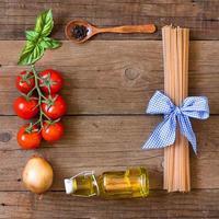 ingridients per pasta con salsa di pomodoro foto