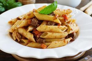 """""""piume"""" di pasta con uno stufato di carne."""