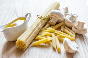 spaghetti e penne con ingredienti per la pasta foto