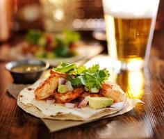 tacos di gamberi baja con avocado foto