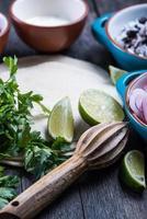 fare burritos messicani tradizionali con carne di manzo tirata foto