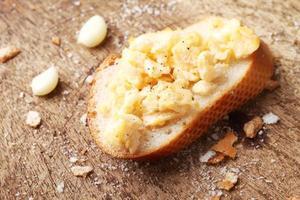 uova strapazzate, toast con baguette