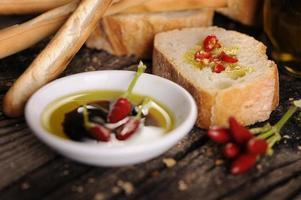 antipasto alimentare italiano di pane olio d'oliva e aceto balsamico foto