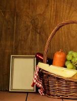 cestino da picnic - vino, frutta, formaggio e salsiccia foto