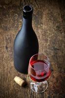 vino rosso e bottiglia nera foto