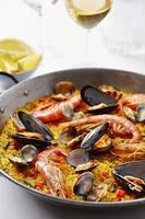 Paella di pesce tipica spagnola foto