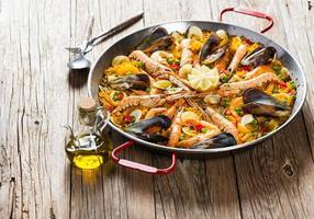 Paella tradizionale spagnola foto