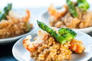 porzione di risotto con gamberi e asparagi. foto