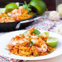 paella di piatto spagnolo con frutti di mare, gamberi, calamari, riso, zafferano foto