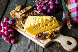 formaggio con uva e fichi foto